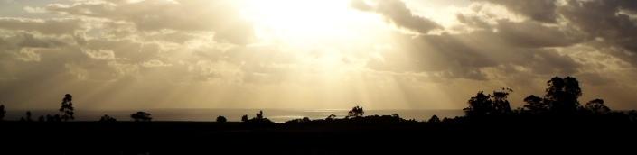 Coucher de soleil sur le sept moai regardant vers la mer