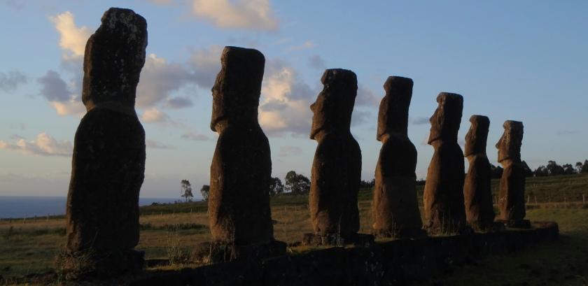 7 moai regardant vers la mer