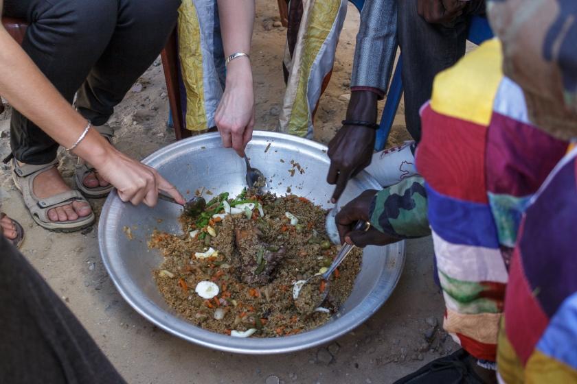 Assis sur une chaise ou sur une natte, le repas sénégalais se mange en famille autour du même bol.