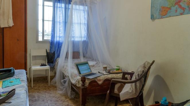 Voici ma chambre à la maison et mon coin bureau installé sur le bout du lit.  :-)