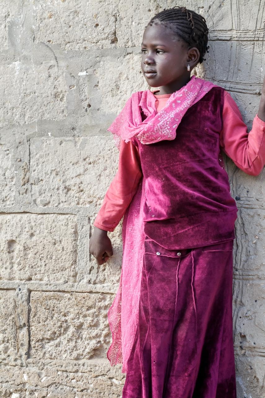 Babacar explique à la fillette que je souhaite la prendre en photo... inquiète, elle semble chercher sa mère du regard.