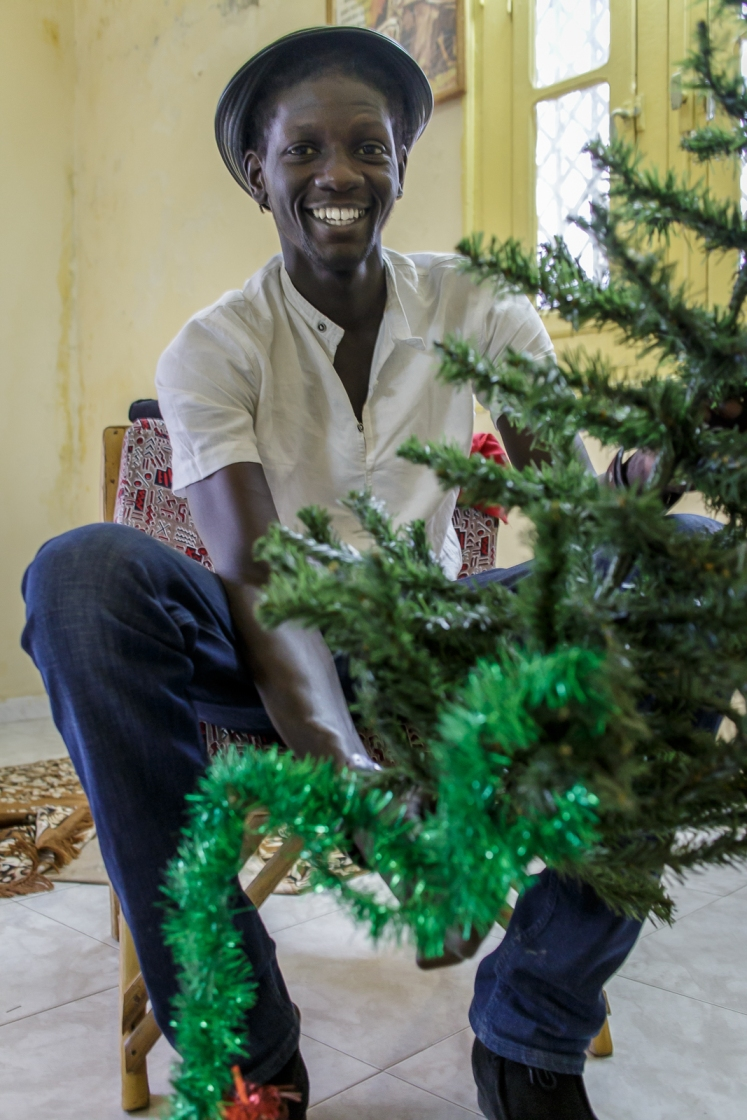 ... Habib installe le sapin de Noël!