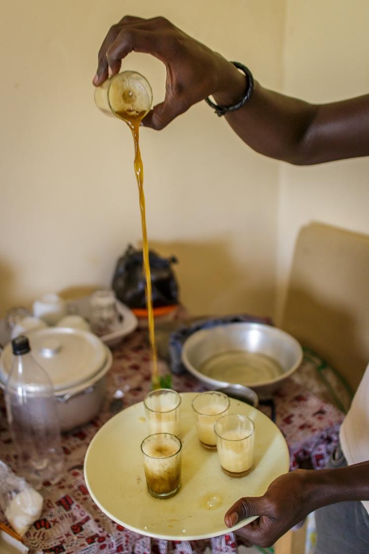 Pas d'alcool dans les maisons musulmanes.  Pendant que Cheikh prépare le thé moussant...
