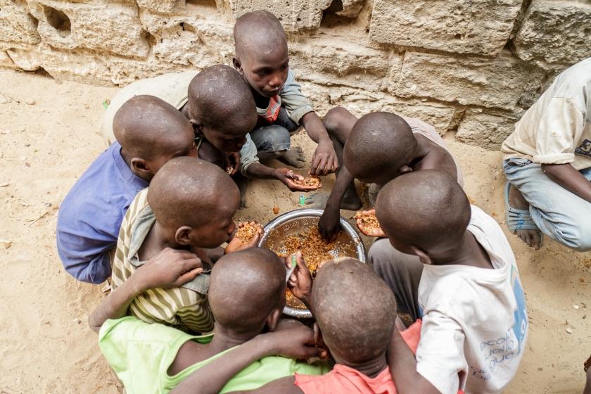 Ces gamins qui ont l'air bien sage le sont que pour la photo.  Ils ont bien rigolé en tentant de me convaincre de manger avec eux... La prochaine fois, d'accord?